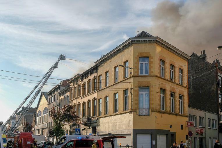De brandweer rukte massaal uit voor de brand in de loods.