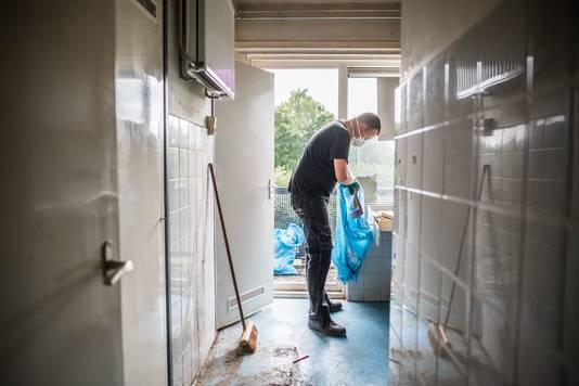 Een schoonmaker ruimt het huis van Jackie Kasteel op.