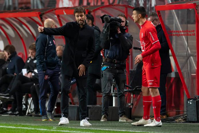 Gonzalo Garcia geeft instructies aan invaller Haris Vuckic.