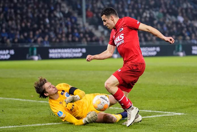 De Graafschap-doelman Nigel Bertrams voorkomt een doelpunt van AZ-aanvaller Oussama Idrissi.