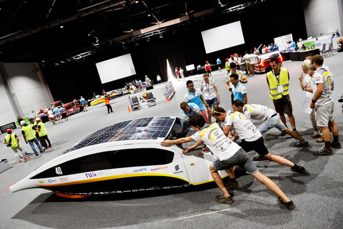 Keuring van Stella Vie, de derde familie zonnewagen van Solar Team Eindhoven in Australië.