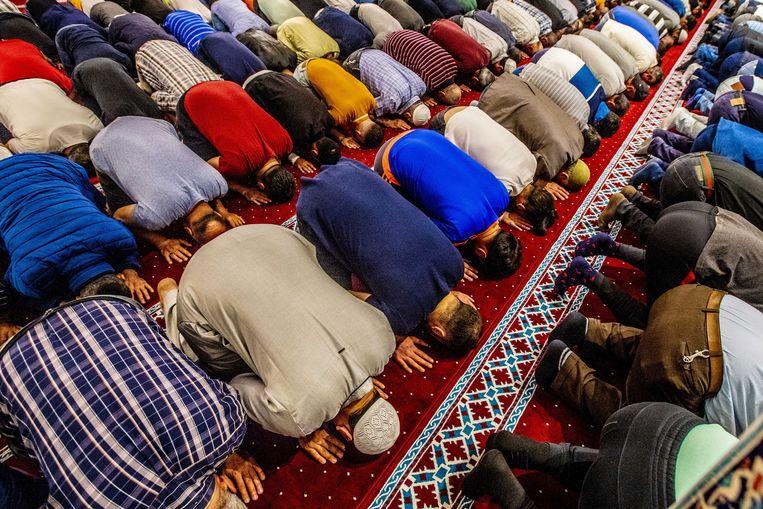 Bezoekers van de Mevlana-moskee in Amsterdam tijdens het avondgebed aan het begin van de Ramadan.  Beeld ANP