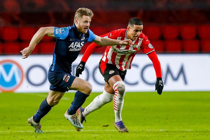 Frederik Midtsjø en Mohamed Ihattaren duelleren om de bal tijdens PSV-AZ.
