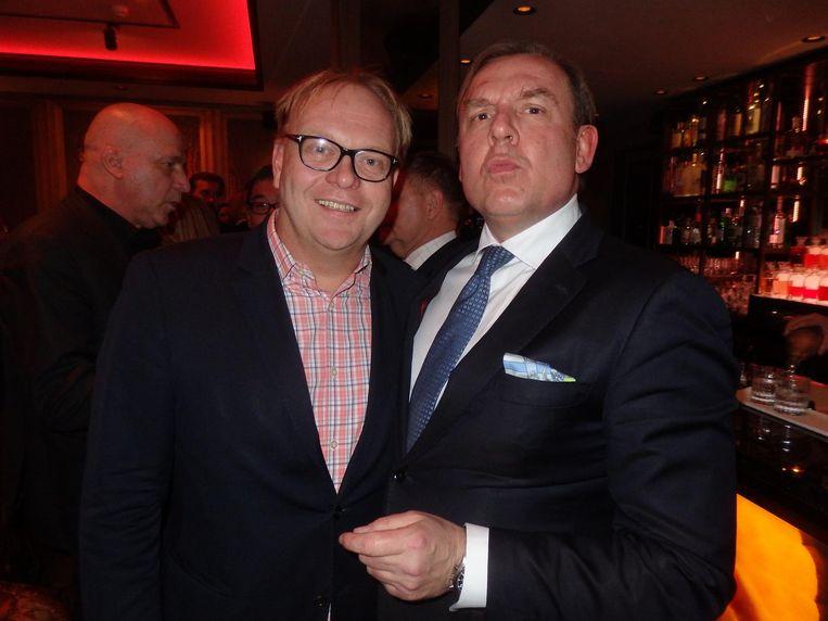 Onmisbaar op elk feestje: oud-wethouder Frits Huffnagel en HP-hoofdredacteur Tom Kellerhuis: 'Ik sta altijd op foto's alsof ik zit te poepen.' Check! Beeld Schuim