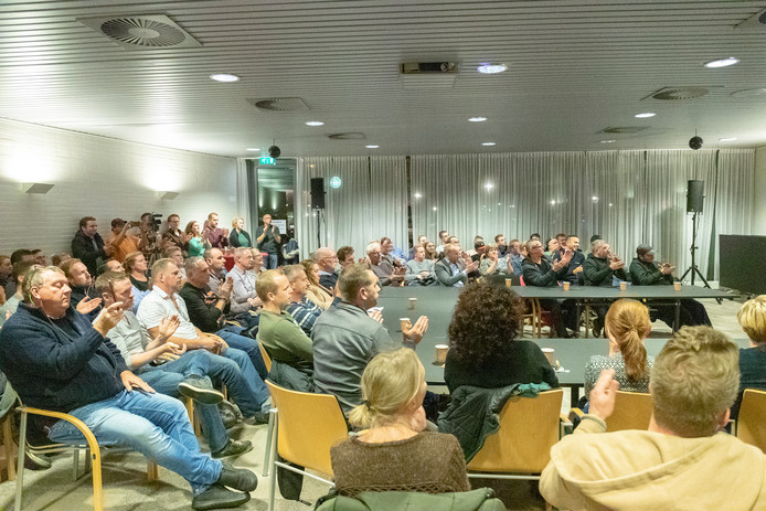 Bodegraafse stadhuis barst uit haar voegen tijdens de inspraak over de mogelijke komst van 2 migranten hotels.