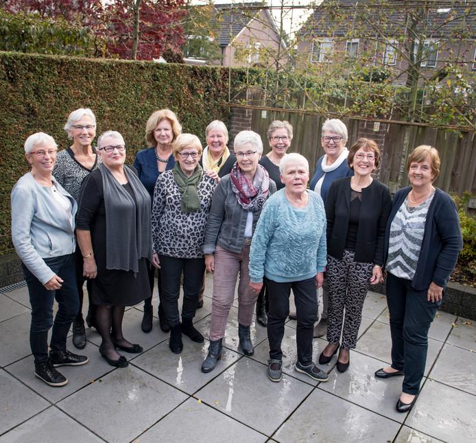 Van links naar rechts: Ine Kappert, Bets Wolterink, Ria Steggink, Marijke van Spanjer, Willemien Koolhof, Wies Lemstra, Mia Nijboer, Riet Heuven, Maria Kloosterman, Mariet Broens, Gerda Velthuis, Marijke Ledeboer. Groepsfoto tijdens reünie van psychiatrische verpleegkundigen, die in 1967 begonnen met hun opleiding in psychiatrisch ziekenhuis Franciscushof.