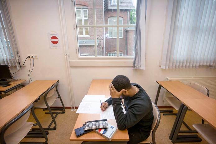 Randy bezig aan zijn staatsexamen in JJI Den Hey-Acker. (in scene gezet) Foto: Joyce van Belkom/Pix4Profs