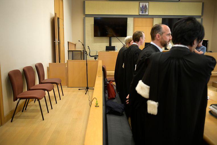 De beschuldigdestoel van Lei B. bleef leeg tijdens de jurysamenstelling van zijn assisenproces.  Vooraan advocaten Philip Daeninck, Bert Partoens en Jo Muylle die de familie van het slachtoffer vertegenwoordigen.
