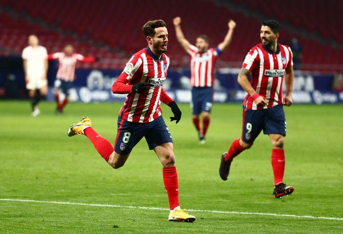 Saul Niguez viert de 2-0 met Luis Suarez.