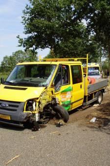 Busje van gemeente Aalten zwaar beschadigd na botsing tegen boom
