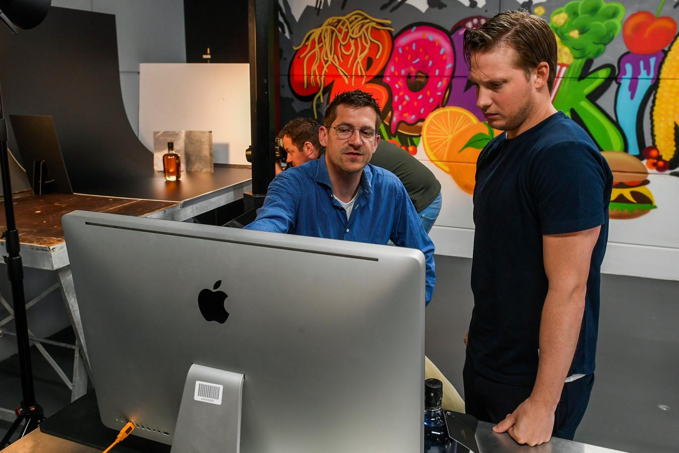 Joost van Roosmalen (rechts), Jeroen Wassing (links) en Wouter Weststrate (achtergrond) overleggen met elkaar over de fotoshoot.