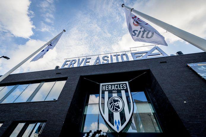 Bij het Erve Asito-stadion van Heracles Almelo worden woensdag speelgoed en sportartikelen ingezameld met een speciale drive-thru.