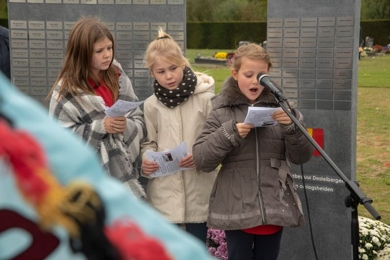 Kinderen spreken hun vredesboodschappen uit.
