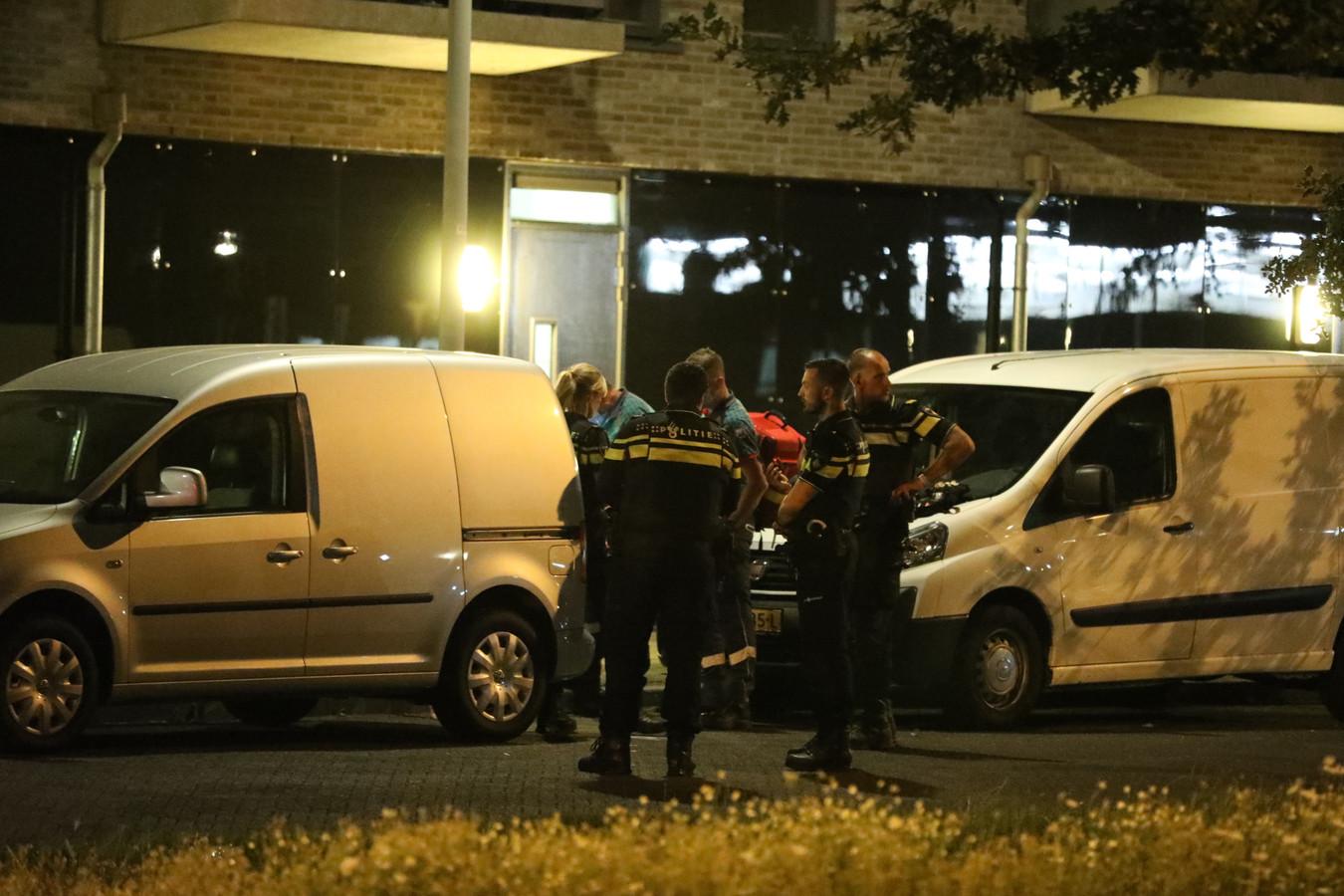 Politie en ambulancepersoneel rukte uit voor een steekpartij aan De Dissel in de Arnhemse wijk Schuytgraaf.