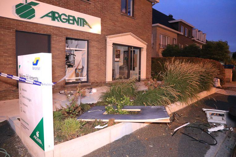 De ravage in het bankkantoor is enorm groot. De geldautomaat werd metersver weggeslingerd, tot tegen een geparkeerde auto langs de rijbaan.