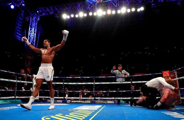 Joshua komt met schrik vrij en behoudt bokstitels ondanks gebroken neus