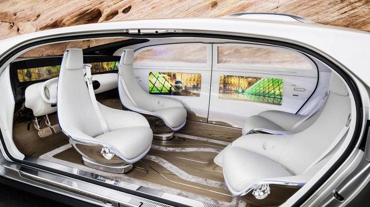 Voorbeeld van een conceptauto door automobielmerk Mercedes-Benz. Merk op hoe het stuur er nog wel is, maar als optie zit weggestopt achter de in een tête-à-tête-opstelling geïnstalleerde zitjes.