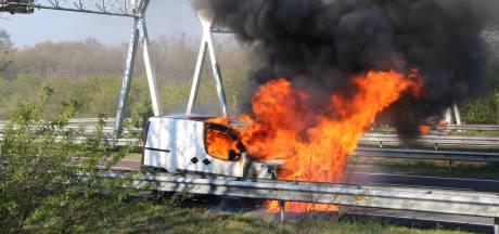 Brandende bestelbus zorgt voor een uur file op de A50 bij Arnhem