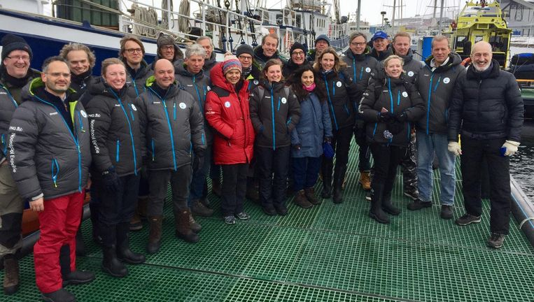 Vertegenwoordigers van de top van het Nederlandse bedrijfsleven - waaronder ING, NS, Schiphol, Havenbedrijf Rotterdam en Gasunie - deze week op klimaatexcursie naar de Noordpoo. In het midden (met rode jas) poolexpert Bernice Notenboom, de organisator van de trip. Beeld NOS