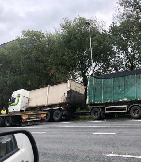 Vrachtwagen belandt in vangrail op Pleijroute in Arnhem; verkeer stroopt op