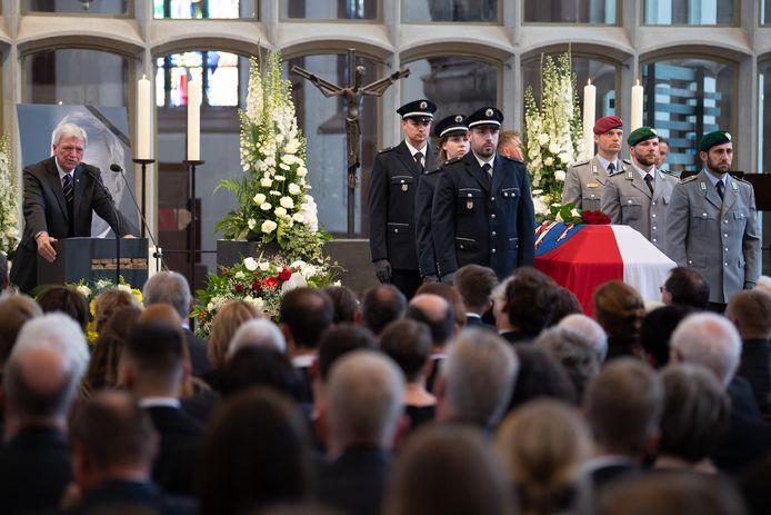 De 65-jarige Lübcke werd op 2 juni rond 00.30 uur zwaargewond aangetroffen op het terras van zijn woning in Wolfhagen-Istha. Hij was van dichtbij door het hoofd geschoten en stierf kort daarna.