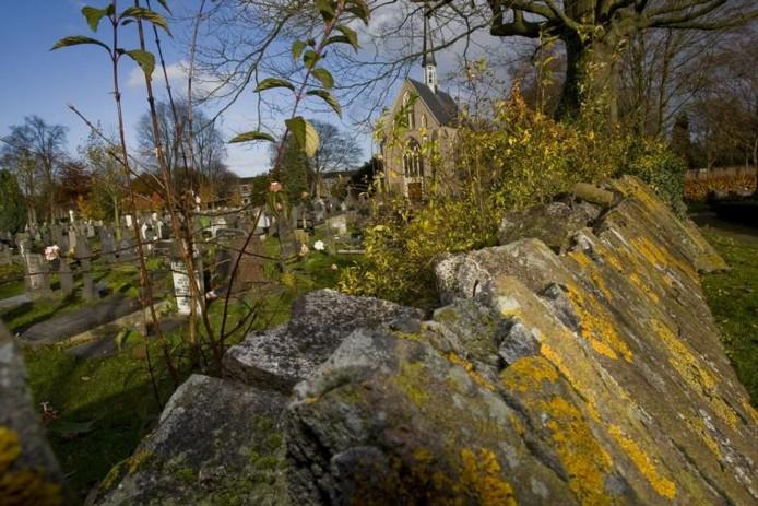 Een fragment van de verpieterende muur rond de RK-begraafplaats aan de Bisschop Willebrandlaan. foto Frans Paalman