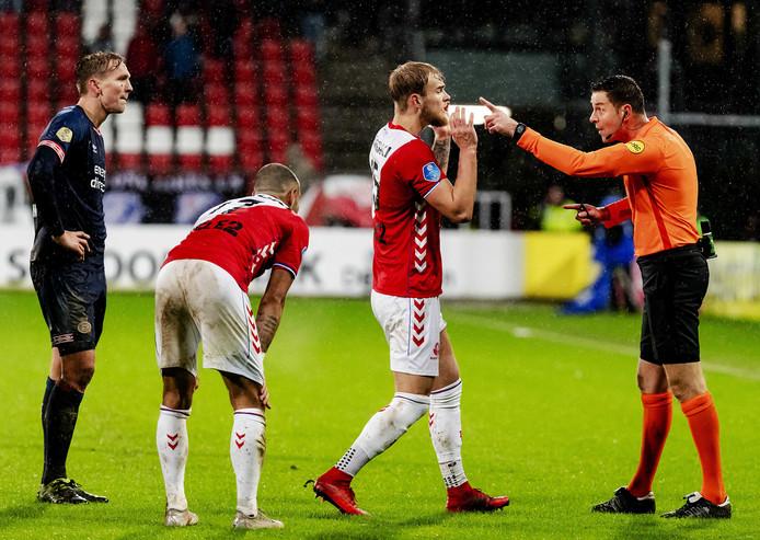 Scheidsrechter Pol van Boekel heeft het aan de stok met Luuk de Jong van PSV en Timo Letschert van FC Utrecht.