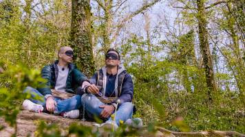 Wat doen de duo's vastgeketend aan een boom?
