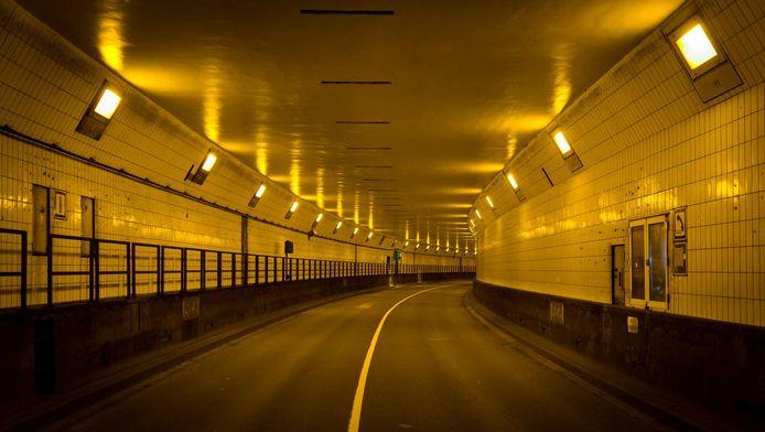 Een omvangrijk maatregelenpakket moet Rotterdam behoeden voor het gevreesde verkeersinfarct rond de langdurige afsluiting van de Maastunnel.