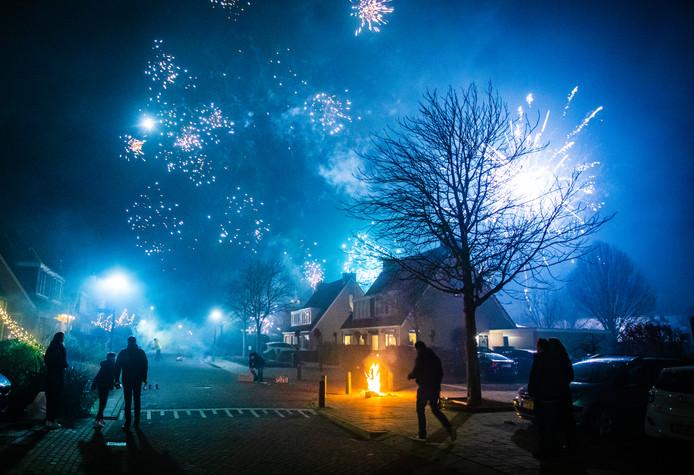 Vuurwek tijdens de jaarwisseling 2019 / 2020 in het Hoeksche Waardse dorp Maasdam.