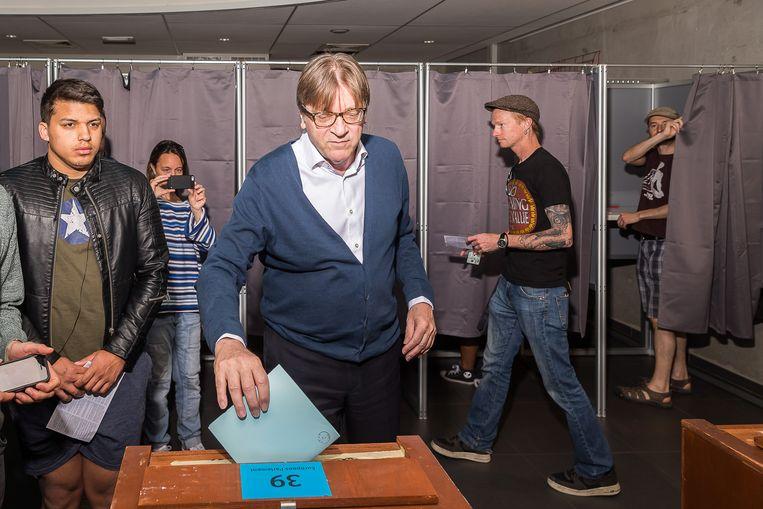 Oud-premier Guy Verhofstadt, Europeees lijsttrekker voor Open Vld, stemt in Gent.