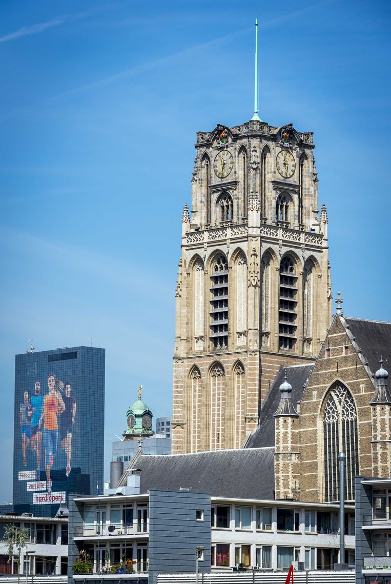 De Laurenskerk met op de achtergrond de Delftse Poort aan het Weena in 2015. Beeld ANP