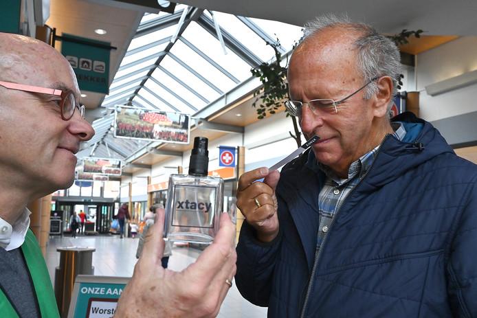 Ruud Schijf van de gemeente Cuijk (links) laat een voorbijganger aan het speciale parfum met de geur van xtc ruiken.