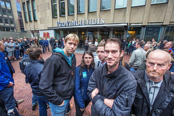 Agrariërs uit Voorne-Putten, Hoeksche Waard en Goeree Overflakkee protesteerden maandag ook al voor het Provinciehuis in de Hofstad om hun ongenoegens te uiten over de stikstofmaatregelen.