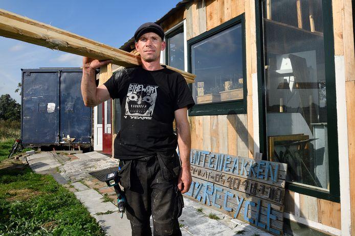 Meubelmaker Marcel Langeveld werd door de gemeente uitverkoren om een werkplaats te bouwen op Wieken-Vinkenhoef, maar moet die alweer afbreken.