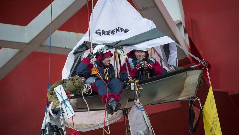 Greenpeace-activisten protesteren in de Barentszzee tegen Noorse plannen om naar poololie te boren. Beeld EPA
