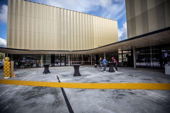 """""""Eigenlijk bestaat de nieuwbouw uit twee gebouwen: een sportgebouw met grote ruimtes en een onderwijsgebouw"""", legt architect Massimo Pignanelli van UAU collectiv 4 Architecture uit."""