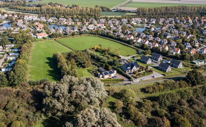 Op dit veld bij de duinen van Hellevoetsluis komen als het aan de gemeente ligt, bijna 30 luxe recreatiewoningen.