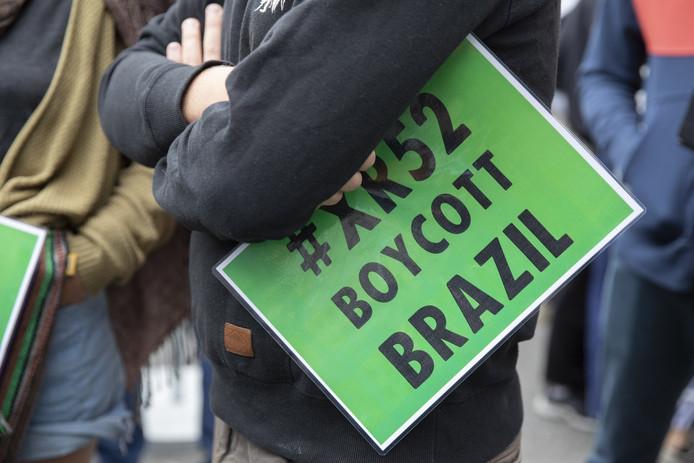 De nombreuses manifestations contre le président brésilien Jair Bolsonaro ont lieu un peu partout dans le monde, comme ici à Berne, en Suisse. En Belgique, Extinction Rebellion prévoit un rassemblement lundi devant l'ambassade du Brésil à Bruxelles.