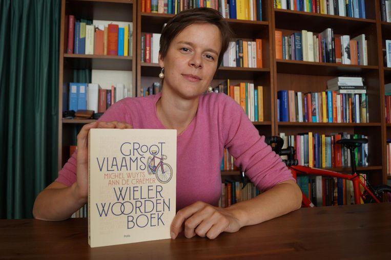 Ann De Craemer met haar 'Groot Vlaams Wielerwoordenboek'.