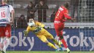 """'t Is weer prijs met Didier Lamkel Zé nadat hij tot woede van Bölöni penalty opeist en mist: """"Sorry"""""""