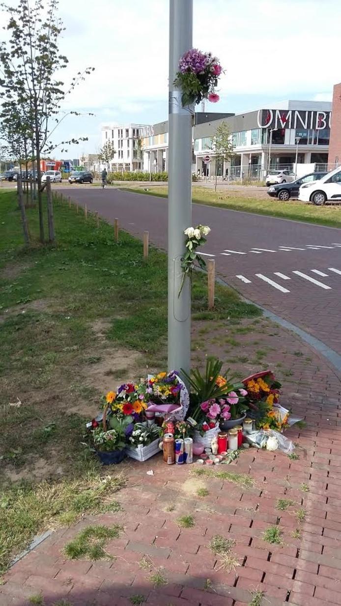 Op de plek van de schietpartij liggen nu bloemen.