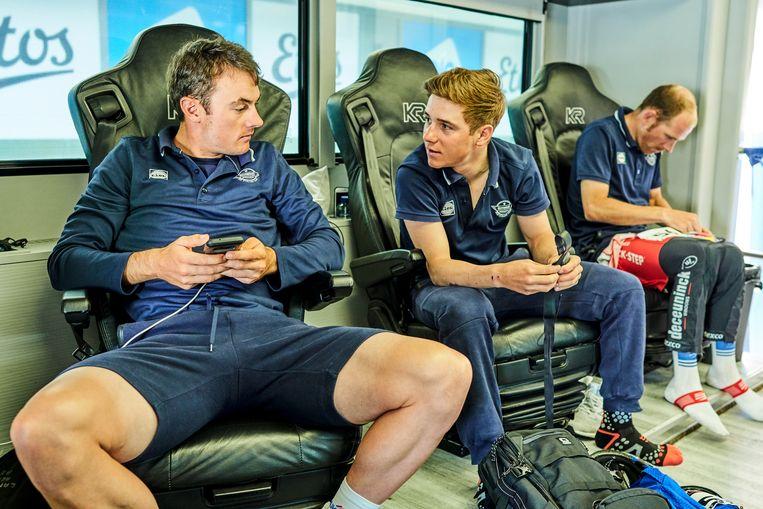 Evenepoel in de ploegbus tussen Yves Lampaert en Michael Morkov in.