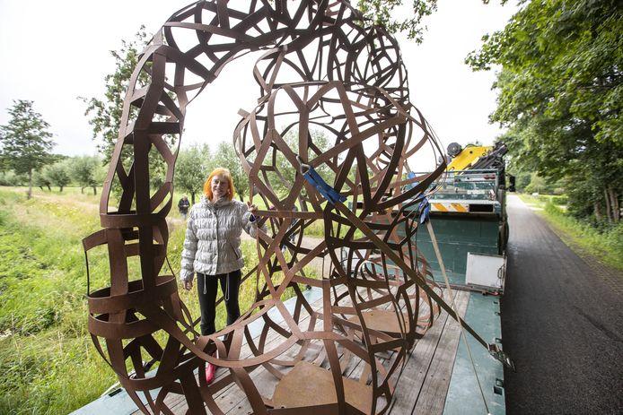 Beeldend kunstenaar Lotje de Lussanet schenkt een groot sculptuur aan Diepenheim, getiteld Moeder Aarde. Het wordt geplaatst langs een fietspad langs de Boven Regge. Het plaatsen ging niet helemaal vlekkeloos: de dieplader met daarop het enorme gevaarte kon de boogde locatie maar moeilijk bereiken.