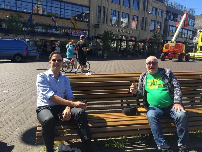 Coronatijd of niet, ook nu maakt Mark Rutte gewoon een uurtje vrij om bij te kletsen met zijn goede vriend, nachtburgemeester in ruste René Bom