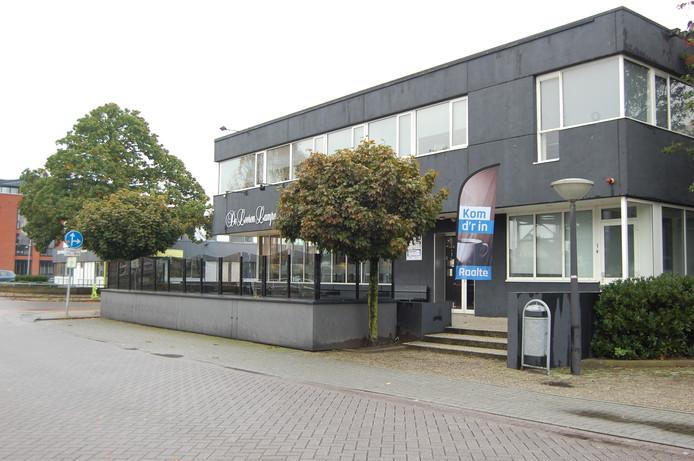 De parkeerplaats van De Leeren Lampe in Raalte was afgelopen nacht het terrein van een grote politie-inzet.