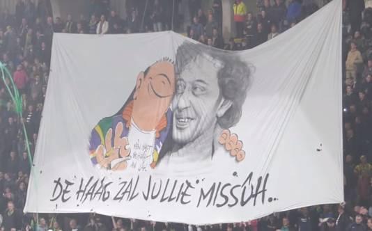 Een door supporters gemaakt spandoek in het stadion van ADO Den Haag
