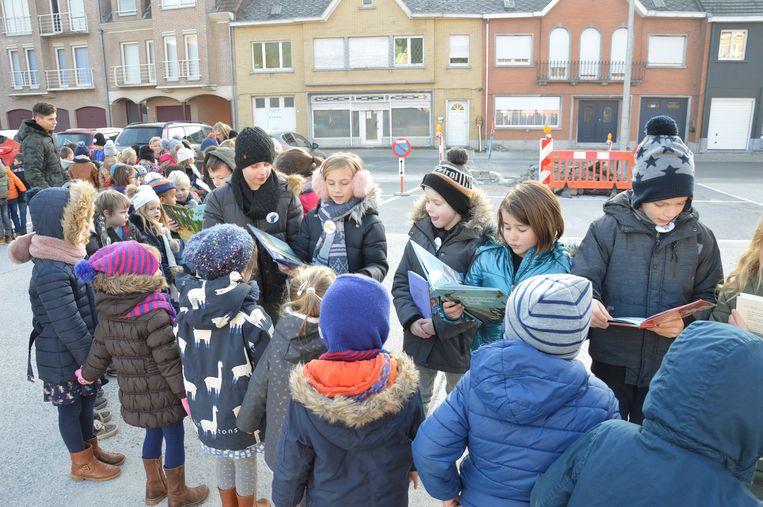 De kinderen lezen een verhaaltje aan elkaar voor in een voorleesslinger.