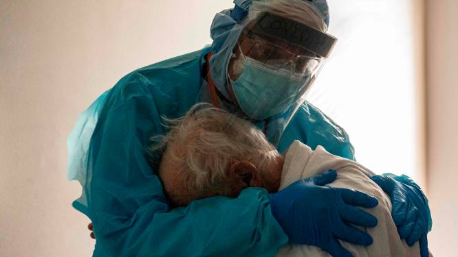 """""""Ik wil bij mijn vrouw zijn"""": happy end nadat pakkende foto uit Amerikaans ziekenhuis viraal is gegaan"""