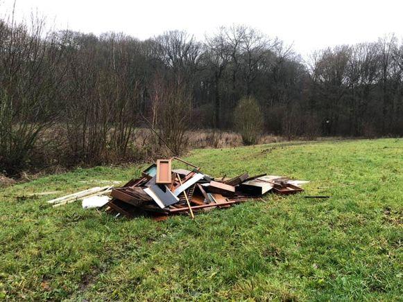 De enorme hoop afval werd in een veld langs de Hollestraat in Everberg ontdekt.